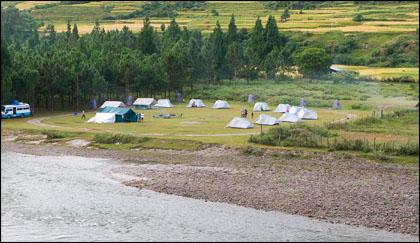 Luxury_camp_banks_Mo_Chu_Punakha_Dzong.