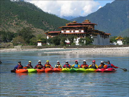 group_kayakers_confluence_Mo_Po_Chu_rivers_Punkha_Dzong