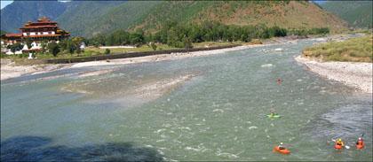 Paddlers_kayakers_confluence_Mo_Po_rivers_Punakha_Dzong.