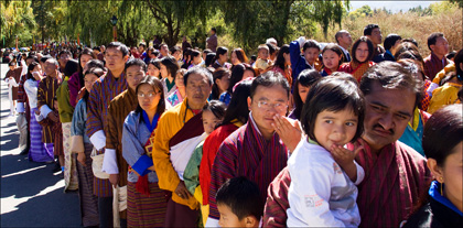 crowd_Trashi_Chhoe_Dzong_fifth_king_Bhutan