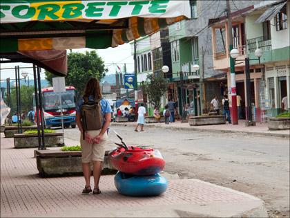 Women_kayak_waiting_bus_Archidona_Ecuador