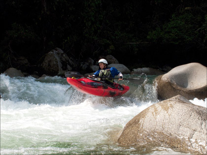 Kayaker_Rio_Paitua_boof_Ecuador