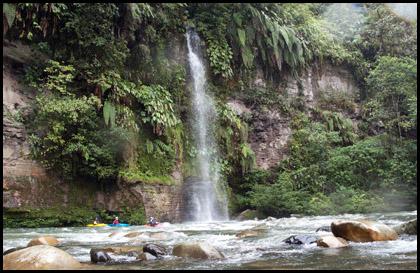 Kayakers_scenery_waterfall_Rio_jondachi_Ecuador
