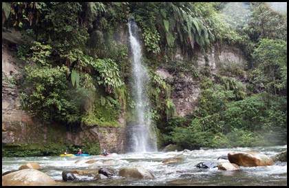 Kayakers_scenery_waterfall_Rio_jondachi_Ecuador
