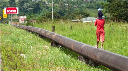 Oil_pipeline_walking_Ecuador