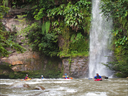kayakers_rio_Jondachi_Ecuador_watefall_scenery