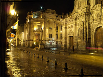 Calle_siete_cruces_old_town_Quito_Ecuador