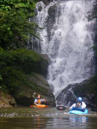 kayakers_waterfall_scenic_Jondachi_Ecuador