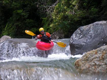 Kayaker_Rio_Cosanga_boof_Ecuador