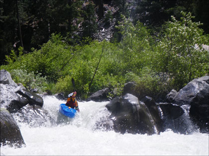 kayaker_boofing
