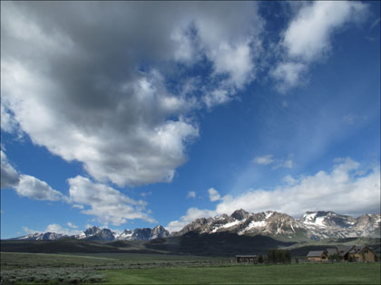 Sawtooths_Idaho_clouds_Stanley_blue_sky