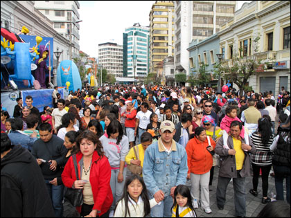 New Year's_ Quito_crowd_families.