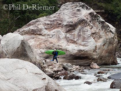 Kayaker_Boulder_Bhutan_Mangde_Chu