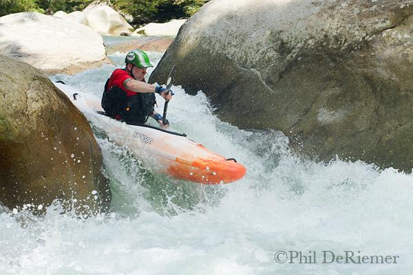 Kayaker_boof_Misahualli_Ecuador