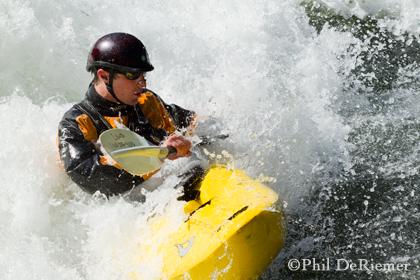 kayaker_surf_fun_wave