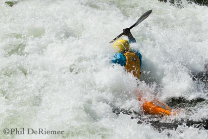 Kayaker_wave_crashing